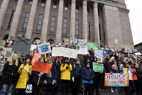 Yli 2000 nuorta lakkoili ilmastonmuutoksen hillitsemiseksi Helsingissä. Fridays for Futuren organisoima kansainvälinen ilmastolakko sai sadattuhannet nuoret liikkeelle pitkin maailmaa.