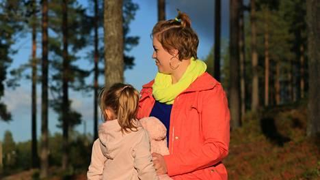 Mia Jurmu kannustaa äitejä puhumaan neuvolassa avoimesti ongelmistaan. Jurmu sai avun oltuaan rehellinen tilanteestaan raskausaikana.
