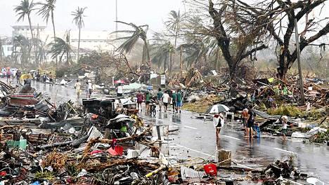 Taclobanilaiset alkoivat selvittää tuhojen laajuutta myrskyn iskettyä. Näky oli lohduton.