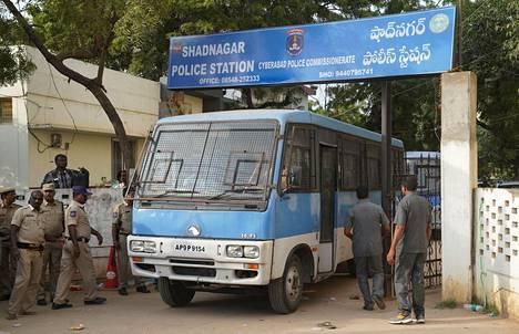 Neljää epäiltyä kuljettanut auto poistui Hyderabadin laitamilla sijaitsevalta poliisiasemalta lauantaina.