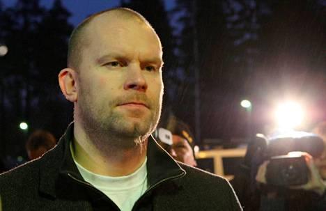 Karalahti saapumassa oikeuteen vuonna 2008. Hänet tuomittiin Espoon käräjäoikeudessa avunannosta törkeään huumausainerikokseen.