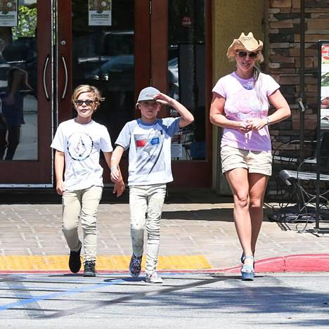 Britney Spears poikiensa kanssa kesällä 2015.