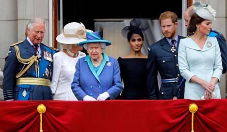 Kuningatar Elisabet antoi maanantaina virallisen lausunnon perheen pitämän kriisikokouksen jälkeen. Herttuatar Meghan ei osallistunut kokoukseen, sillä hän oli Kanadassa. Arkistokuva kuninkaallisista on otettu heinäkuussa 2018. Kuvassa vasemmalta oikealle prinssi Charles, herttuatar Camilla, kuningatar Elisabet, herttuatar Meghan, prinssi Harry, prinssi William ja herttuatar Catherine.
