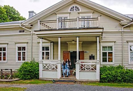 Kartanomainen juhlatalo Rahkola edustaa 1830-luvun komeaa empiretyyliä.