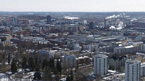 ITS Finlandin sivuilla kerrotaan Tampereen kaupungilla olevan pitkä historia älyliikennealalla. Tampereen kaupunkiseudun ja alan yritysten yhteistyössä on syntynyt mm. älyliikenteen innovaatio-, kokeilu- ja kehitysympäristö ITS Factory, jonka takaa löytyy niin ikään runsain mitoin erilaisia älyliikenneyrityksiä sekä viranomaisia ja oppilaitoksia. Kuvassa Tampereen keskustaa Näsinneulasta katsottuna.