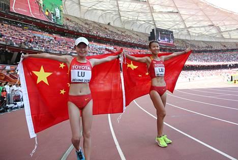 Liu Hong (oik.) ja Lu Xiuzhi tulivat sopuisasti maaliin Pekingin MM-kisoissa 2015. Liu ja Lu sopivat matkalla, että Liu saa voittaa, joten kiinalaiskaksikko käveli kaksoisvoittoon peräkkäin samalla ajalla.
