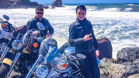 Henric ja Hanna-Kaisa Nieminen viettävät Juhannusta Malibussa. Pariskunta ajoi taannoin Harrikoillaan 4500 kilometrin matkan Chicagosta Los Angelesiin 66-tietä pitkin.