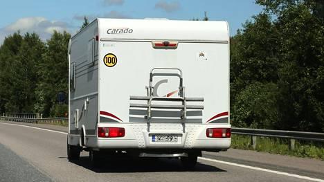 """Matkailuautosta saa poistaa 1.6. ajoneuvokohtaisesta nopeusrajoituksesta kertovan tarran, mutta yli 3,5-tonninen matkailuauto ei muutu """"satasen autoiksi"""" ilman muutoskatsastusta."""