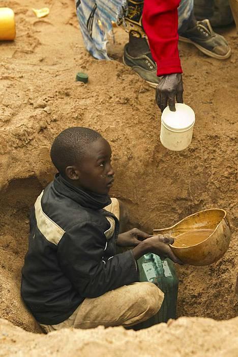 Vedenhaku käy kokopäivätyöstä. Vettä haetaan monta kertaa päivässä kuivasta joenuomasta kaivamalla hiekkaan kuoppia.