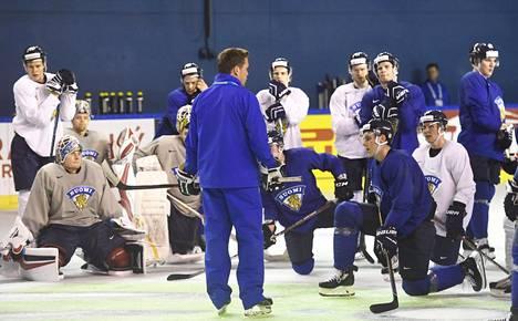 Lauri Marjamäki ohjeistamassa pelaajiaan valmistavissa harjoituksissa.