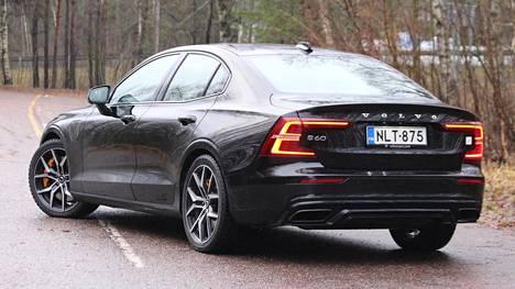 Muotoilultaan S60 erottuu edukseen Volvo-perheessä.