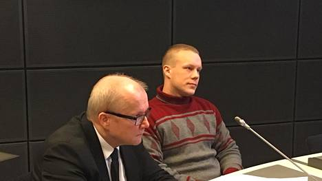 Mikael Forsberg (oik.) tuomittiin elinkautiseen vankeustuomioon. Kuva käräjäoikeuden käsittelystä.
