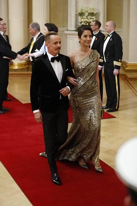 Jasper Pääkkönen ja Alexandra Escat kuvattuna presidenttiparin kättelyn jälkeen.