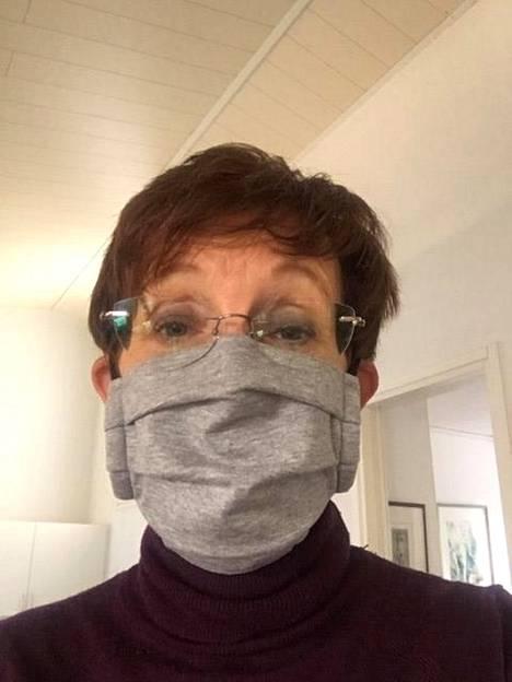 Tyti Laakso kiinnitti huomiota kankaan erikoiseen hajuun.