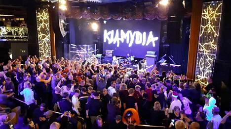 Klamydia-yhtye on perustettu vuonna 1988. Yhtyeen solisti on Vain elämää -sarjan uusimmassa kaudessakin esiintyvä Vesku Jokinen