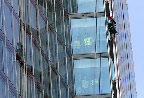 Greenpeace-aktivistit kiipesivät Länsi-Euroopan korkeimman rakennuksen katolle Lontoossa torstaina.