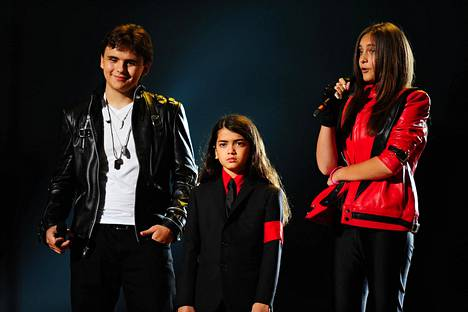 Jacksonin lapset Prince (vas), Blanket ja Paris popin kuninkaan muistokonsertissa vuonna 2011.