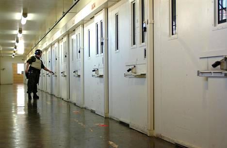 Vartija kierroksella San Quentinin kuolemansellien ovilla.