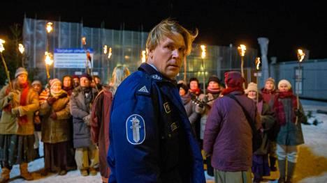 Matti Ristisen näyttelemä poliisi Jussi Ritola joutuu tiukkoihin tilanteisiin Kaikki synnit -sarjan toisella kaudella.