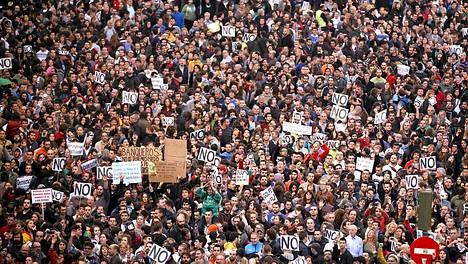 Työttömyys ja säästötoimet ovat ajaneet ihmisiä kaduille osoittamaan mieltä Espanjassa.