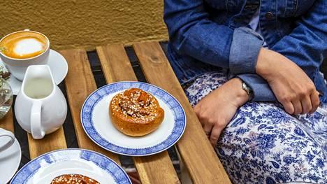 Ruotsalaiset korvapuustit, eli kanelipullat ovat Loviisan ja Pauliinan suosikkiherkkuja Tukholmassa. Pauliina päätti opetella niiden leipomisen.