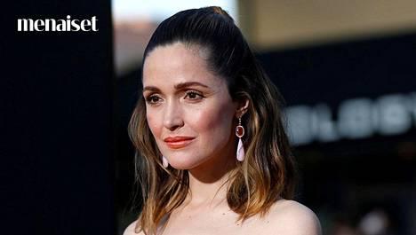 Polkkatukkaa vuosia suosineelta näyttelijältä Rose Byrneltä kannattaa ottaa mallia hiusten muotoiluun.