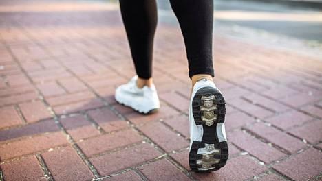 Kävelylenkit muun muassa vähentävät stressiä, kohentavat mielialaa ja parantavat unta.