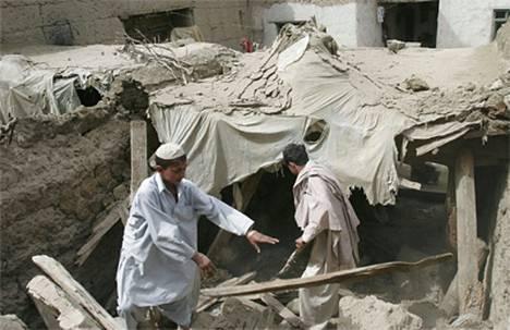 Maanjäristyksessä sortuneen talon raunioita raivattiin perjantaina.