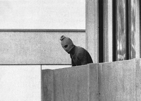 Münchenin kisakylään syyskuussa 1972 iskeneitä terroristeja kuvattiin muista rakennuksista.