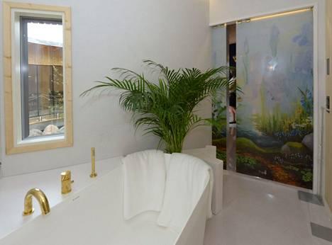 Kylpyhuoneen taideovi on kuin ikkuna satukirjan maisemaan.