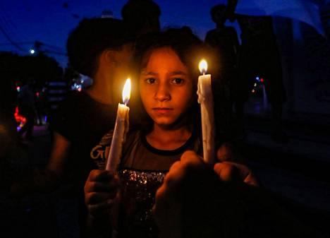 Palestiinalaistyttö osallistui Gazassa torstaina järjestettyyn kynttiläkulkueeseen, jolla haluttiin osoittaa solidaarisuutta libanonilaisille.