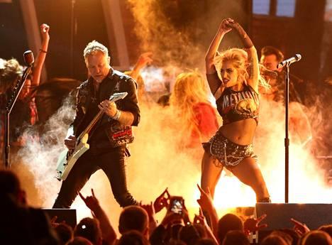 Metallican ja Lady Gagan esitys ei mennyt aivan putkeen.