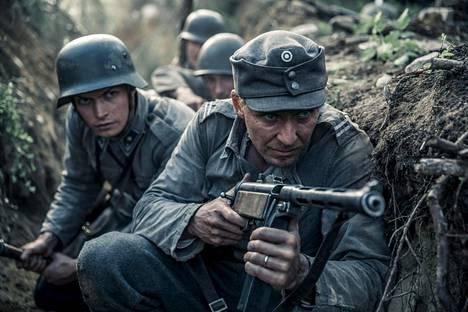 Kuvassa Kariluoto ja Rokka, eli näyttelijät Johannes Holopainen ja Eero Aho Tuntemattomassa sotilaassa.