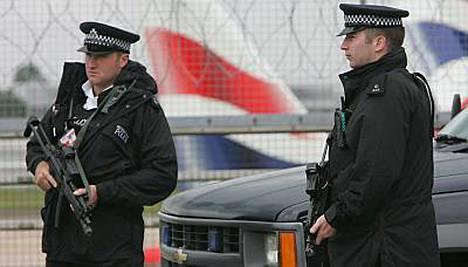 Poliisit pitävät vahtia Heathrown lentokentällä.