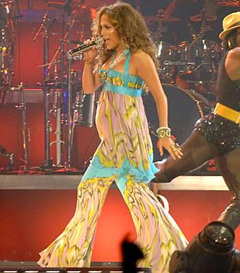Jennifer Lopez yritti piilottaa vatsaansa löysien vaatteiden alle.