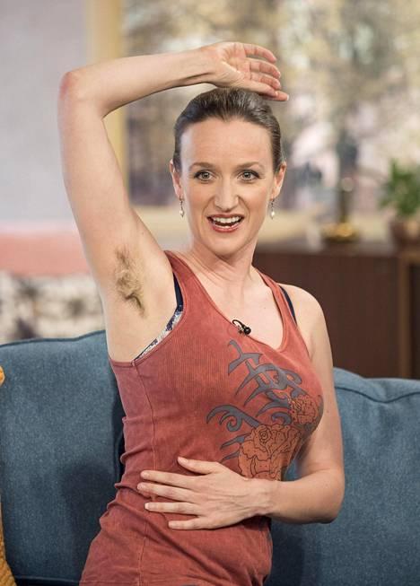 Kate Smurthwaite kertoi aamu-tv:ssä ottavansa kainalokarvoillaan kantaa naisten kauneusihanteisiin.