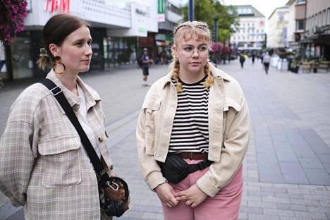 Lyydia Pigg (vas.) ja Riina Leppiniemi näkivät viikonloppuna paljon juhlijoita.