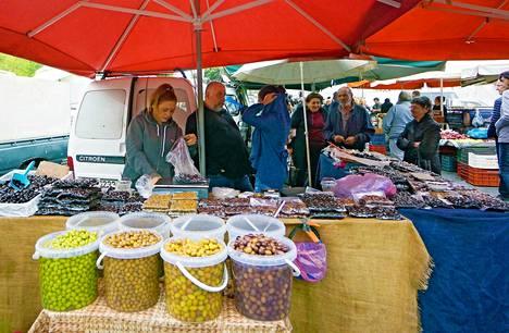 Torstaitorilla on myynnissä ämpäreittäin erilaisia oliivilajeja.