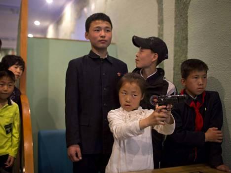 Tyttö harjoitteli pistooliammuntaa tietotekniikkaa hyödyntävällä ampumaradalla Pyongyangissa viime huhtikuussa.