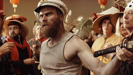 Porilainen monialataiteilija Mika Rättö on pääosassa omassa esikoiselokuvassaan.