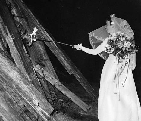 Häät. Nuori morsian joutui hommiin sytyttämään juhannuskokkoa vuonna 1956 Seurasaaressa.