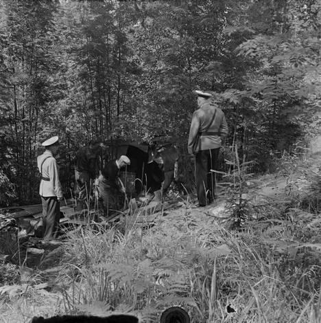 Poliisien koulutus oli aikanaan vain lyhyt kurssi. Kuvassa tutkitaan rikospaikkaa Herttoniemessä vuonna 1956.