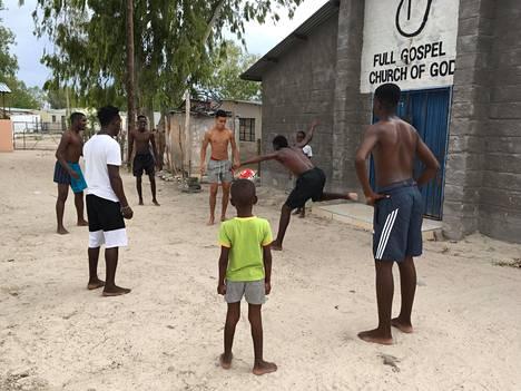 Pyry Soiri pelaamassa jalkapalloa Ambomaassa.