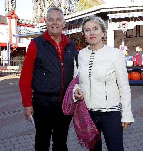 Laulaja Ami Aspelund on esiintynyt musikaaleissa ja perustanut rokkitrion. Aviomies Hans Wikström on ollut armeijasta eläkkeellä jo vuosia.