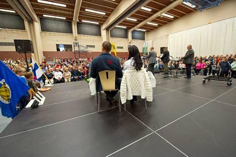Antti Ruuskanen ja Tuula Moilanen katselivat monipäistä yleisöä kunniapaikalta.
