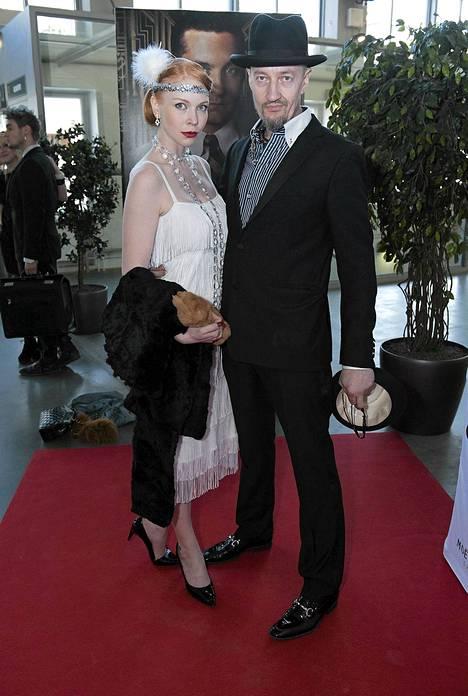 Olli Saarela ja Jenny Rostain punaisella matolla ennen elokuvaa.
