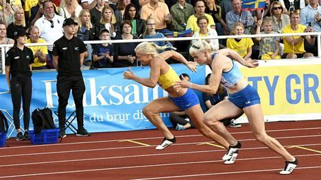 Suomi käy tilastoissa kovaa kamppailua naisten maaottelun voitosta. Se vaatii venymistä. Kuvassa Hanna-Maari Latvala ja Ruotsin Matilda Hellqvist lauantaisessa pikaviestissä.