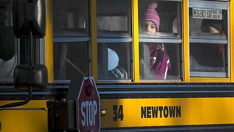 Sandy Hookin oppilaat kuljetettiin uusin tiloihin Monroeen.