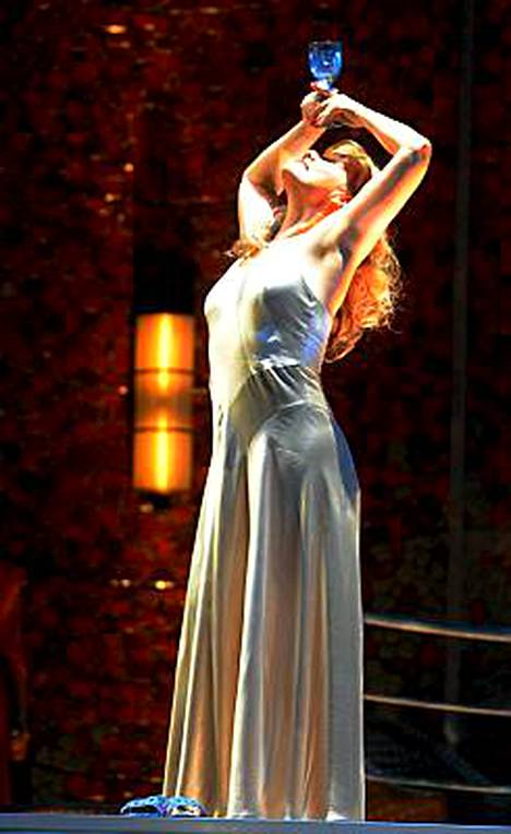 Karita Mattila heittäytyy jälleen kohurooliinsa nuorena, riivattuna Salomena.