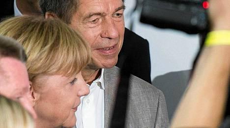 Liittokansleri Angela Merkel (vas.) ja aviomies Joachim Sauer sunnuntai-iltana.